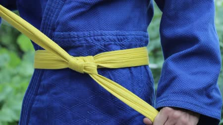 quimono : Tying a martial art belt
