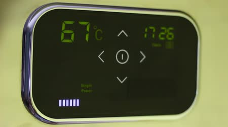 termostat : Smart home thermostat. Temperature down. Remotely control home comfort from a smartphone, tablet or laptop using the app for devices Wideo