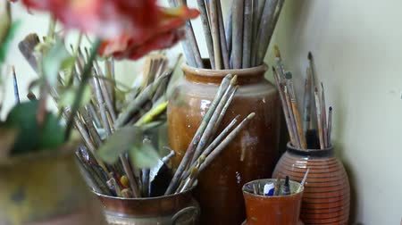 püskül : Brushes For Oil In A Creative Workshop. Oil Paint Brushes Stok Video