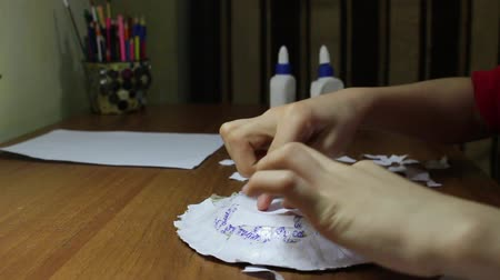 jornal : Papier-mache. Child makes a plate of paper and glue Vídeos
