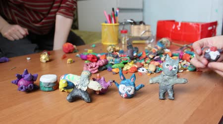 estatuária : Children moulding animal figurines from multicolour clay in playroom Stock Footage