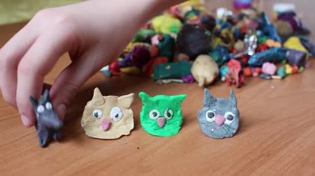 esculpir : Boys are blinded by colored clay animal sculptures. Hedgehog, birds, bunny, cat