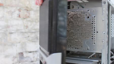 ремонт : Person Opens The Dusty Front Panel Pc