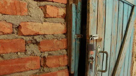 навес : Old Wooden Door & Open Padlock
