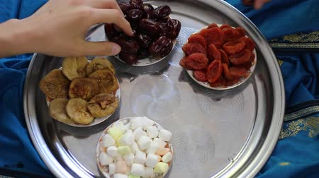 şeker : Muslim family. Muslims observe fasts and celebrate Ramadan Stok Video