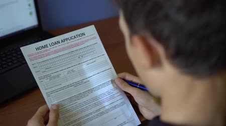 financiamento : A young man is applying for a Mortgage. Mortgage banker, mortgage broker, local bank