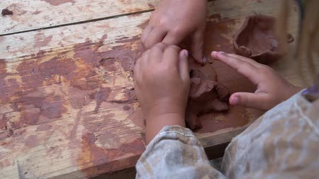 esculpir : Master class in pottery skills. A boy and a girl are molded from clay