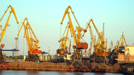 распределение : Cranes at the port illuminated the evening sun