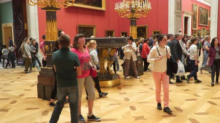 hall : St. Petersburg, Russia - July 3, 2017: Tourists in the halls of the State Hermitage Museum Stock mozgókép