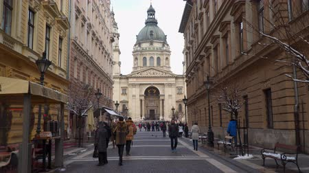 st stephen : Budapest, Hungary - March 18, 2018: Street with tourists in front of the Basilica of St. Petersburg Stephen Stock Footage