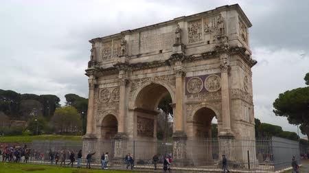 costantino : Rome, Italy - March 19, 2018: The Arch of Constantine is a triumphal arch in Rome, located between the Colosseum and the Palatine Hill Stock Footage