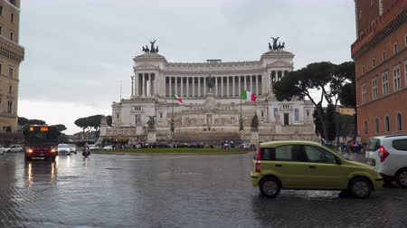 victor : Rome, Italy - March 19, 2018: National Monument to Vittorio Emanuele II at Piazza Venezia, Piazza Venezia. Rainy weather