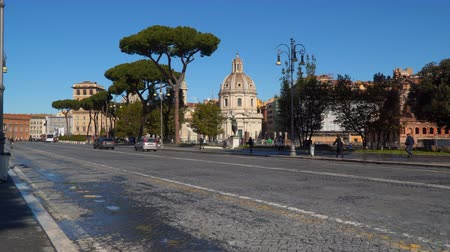 столбцы : Rome, Italy - March 21, 2018: The Via dei Fori Imperiali is a road in the center of the city of Rome, Italy