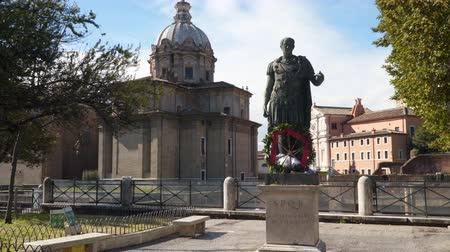 císař : Rome, Italy - March 21, 2018: Statue of Gaius Julius Caesar in Rome, Italy