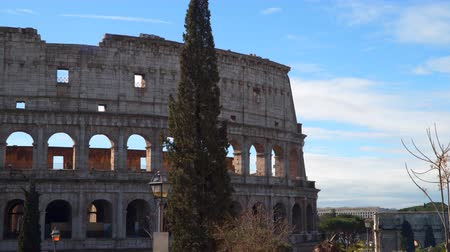 amfiteátr : The Roman Colosseum is one of the most famous buildings in Italy.