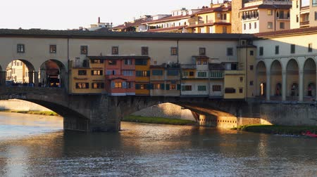 sokak lâmbası direği : Ancient Bridge is called Ponte Vecchio in Florence over Arno River.