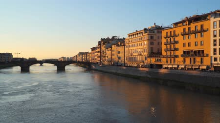 középkori : Bridge Arno River Florence. Evening time Stock mozgókép