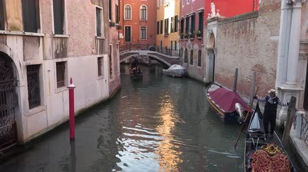 italia : Venice, Italy - March 23, 2018: Taking a gondola ride through the canals of Venice