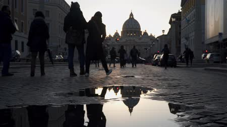roma : Rome, Italy - March 19, 2018: View of The Papal Basilica of St. Paul Peter in the Vatican. Reflection of a dome in a puddle