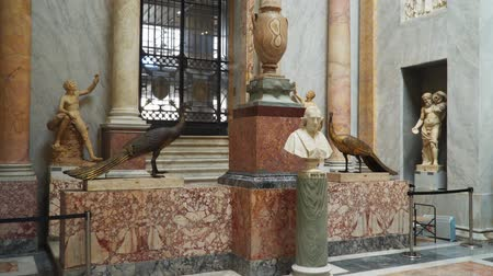 papież : Rome, Italy - March 21, 2018: Bust Pope VII and Two bronze peacocks in the Vatican Museums, Braccio Nuovo
