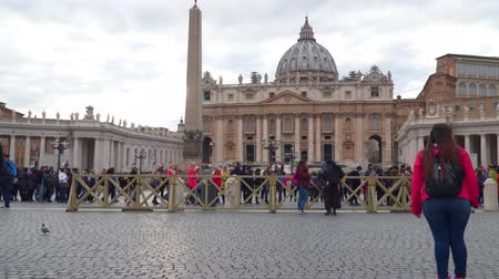 papież : Rome, Italy - March 22, 2018: Tourists in St. Petersburg Peters Square in the Vatican Wideo