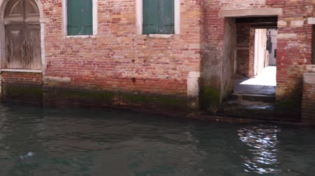 port n : Venice, Italy - March 23, 2018: Narrow streets leading to the canal in Venice Stock Footage