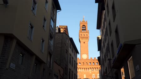 lugar famoso : The Tower of Arnolfo in Florence, 95 meters high, is part of the Palazzo Vecchio, seat of the town hall of Florence. Italy