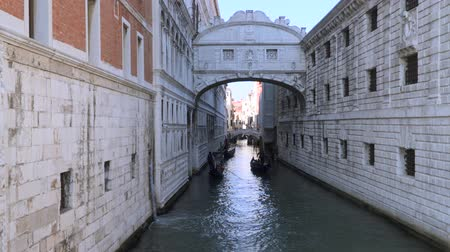 hapis : Bridge of Sighs - the name of one of the bridges in Venice through the Palace Canal - the Rio di Palacio. Stok Video