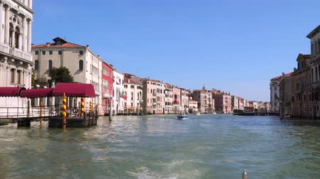 venezia : Venice, Italy - March 23, 2018: View of the Grand Canal. Beautiful ancient architecture. Floating motor boats Stock Footage