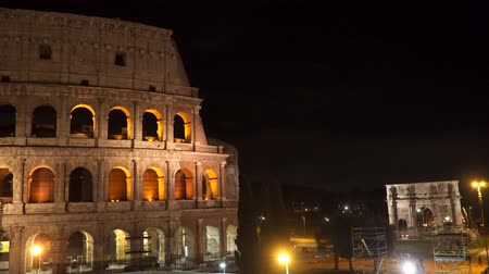 amfiteátr : The building of the Colosseum and the Arch of Constantine in Rome at night.