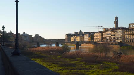 水路 : Bridges across the river arno in florence. Evening time