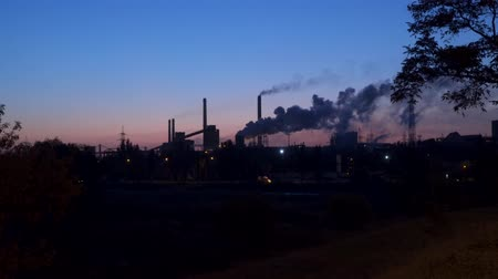 диоксид : Environmental pollution. Metallurgical plant against the background of the pre-dawn sky Стоковые видеозаписи
