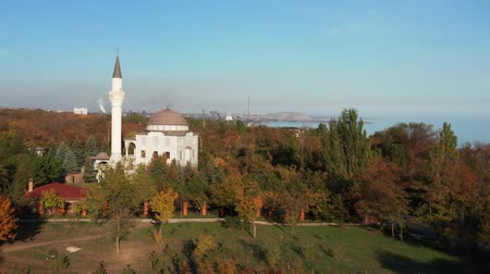 минарет : Aerial drone footage. Mosque among autumn trees. Стоковые видеозаписи