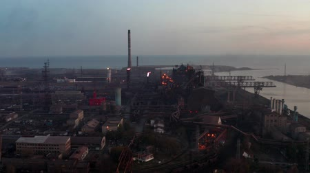 дымоход : Industrial production plant with blast furnaces. Evening time. Aerial shooting Стоковые видеозаписи