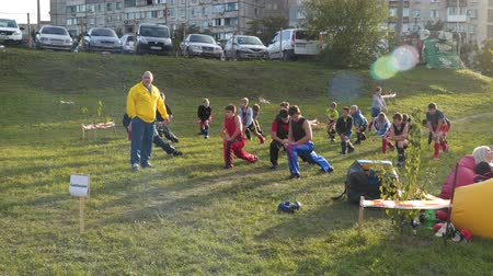 quimono : MARIUPOL, UKRAINE - SEPTEMBER 29, 2018: Trainer with young athletes train outdoors. With the free input. Vídeos