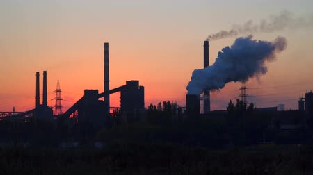 ekolojik : Environmental pollution. Smoke from factory chimneys against predawn sky