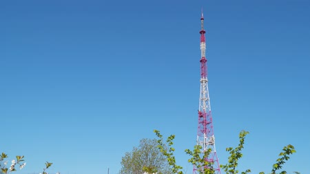 vysílač : TV tower on blue sky background.
