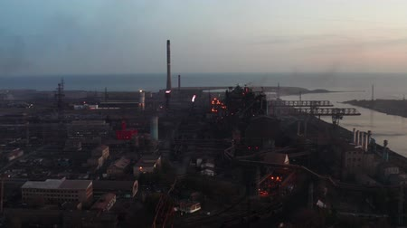 hoogovens : Aerial video. Industrial production plant with blast furnaces. Evening time Stockvideo
