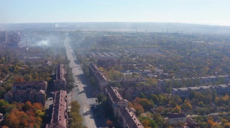 emisyon : Smog over the city. Smoke from the metallurgical plant on the streets. Shooting drone Stok Video