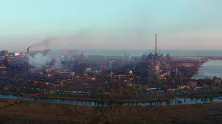 estrutura : Metallurgical plant on the seashore. Aerial view. Evening time. Smog Vídeos