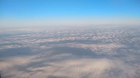 aeroespaço : View of the blue sky and clouds through the window of the aircraft Vídeos