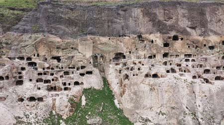 kazılmış : Vardzia is a cave monastery site in southern Georgia. Aerial view of the cave city vardzia Stok Video