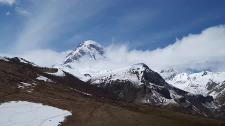georgiano : Mount Kazbek is located in the clouds.