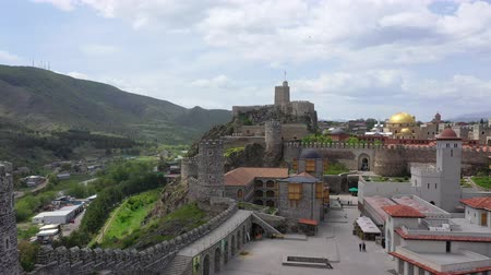 citadela : Akhaltsikhe, Georgia - May 7, 2019: Birds-eye. Rabati Castle is a fortress in Akhaltsikhe, Georgia. Vídeos