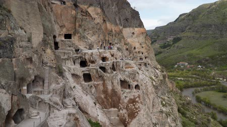 kazılmış : The city of Vardzia, carved into the rocks at 1300 meters above Georgia level. Stok Video