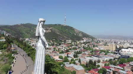 kard : Tbilisi, Georgia - May 8, 2019: Aerial view. Kartlis Deda (Mother of Kartli or Mother of Georgia) is a monument in Georgias capital Tbilisi. Stock mozgókép