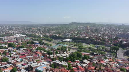 Tbilisi, Georgië - 8 mei 2019: Luchtfoto uitzicht op de stad Tbilisi. Vredesbrug, presidentieel paleis, Sameba - Holy Trinity Cathedral, Rike Park Stockvideo