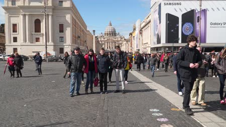 vatikan : Rome, Italy - March 22, 2018: Tourists of the Cathedral of St. Peter. St. Peters Cathedral of the Vatican Stok Video