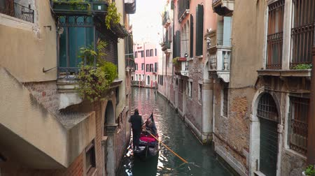 gondel : Venice, Italy - March 23, 2018: Gondola with tourists in Venice