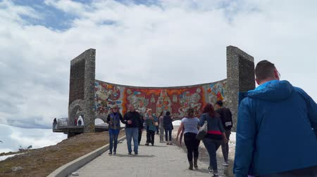 Gudauri, Georgia - 6. Mai 2019: Touristen auf der Aussichtsplattform des Bogens der Freundschaft. Peoples 'Friendship Arch (Georgia) ist eine der Attraktionen des Georgian Military Highway.